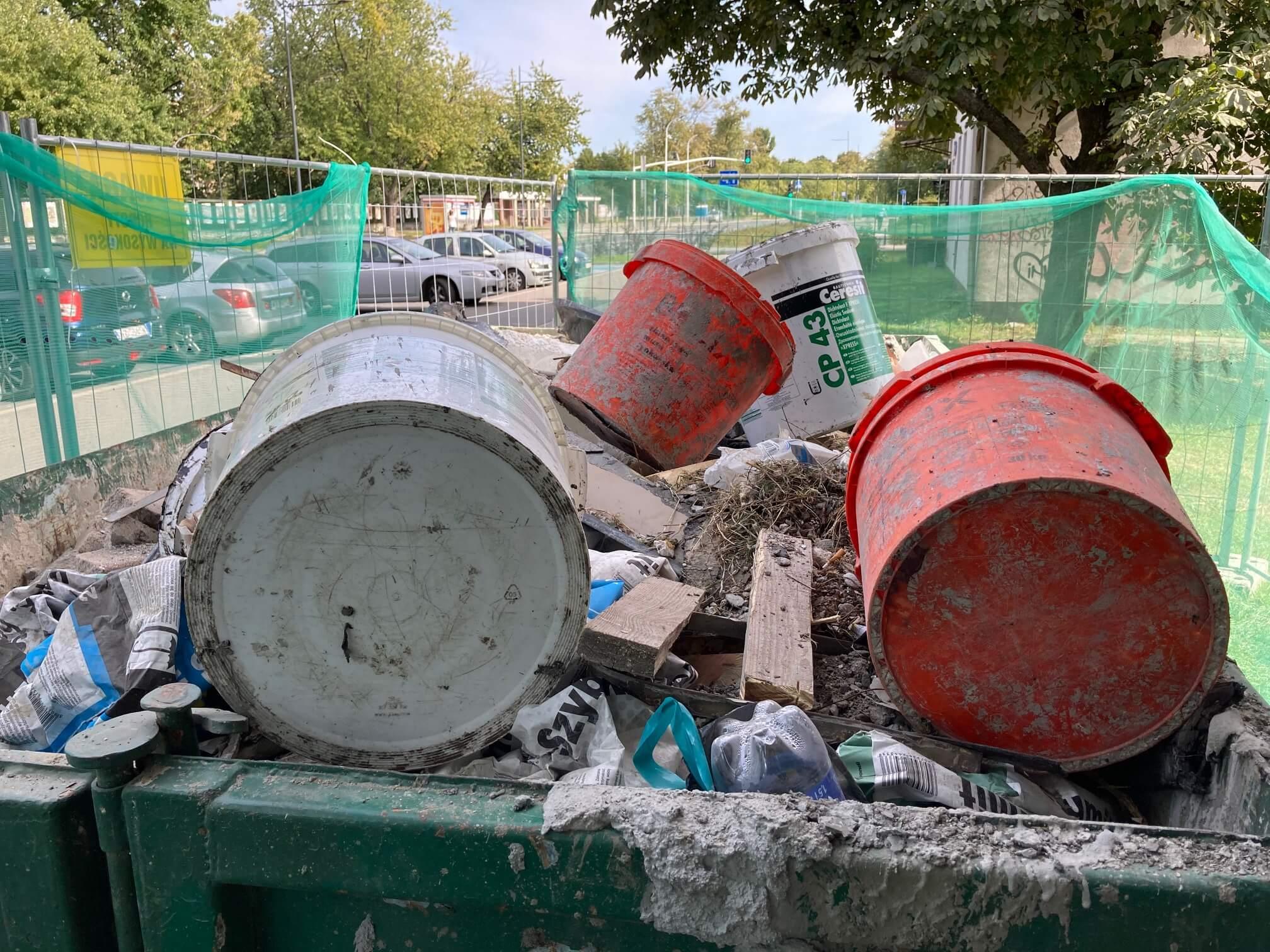 wywóz śmieci w kontenerach